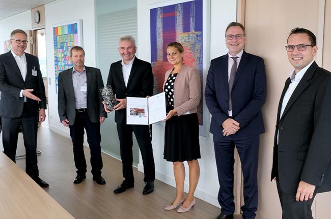 NRW-Wirtschaftsminister Professor Andreas Pinkwart überreicht einen Fördermittelbescheid für das gemeinsame Projekt REDERS