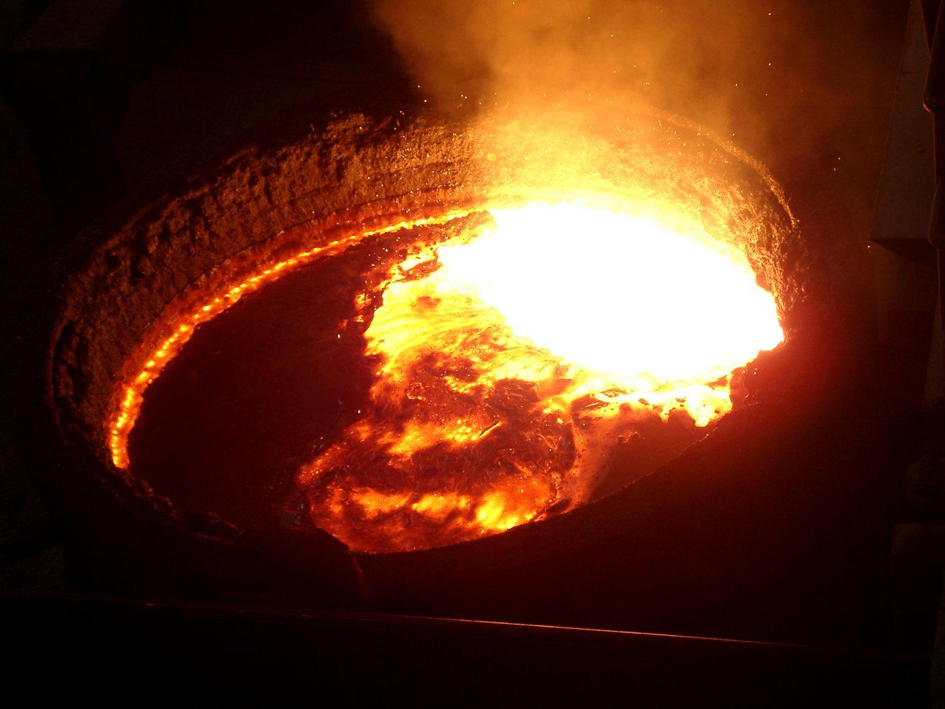 Schmelzbadoberfläche einer gasgerührten Stahlwerkspfanne